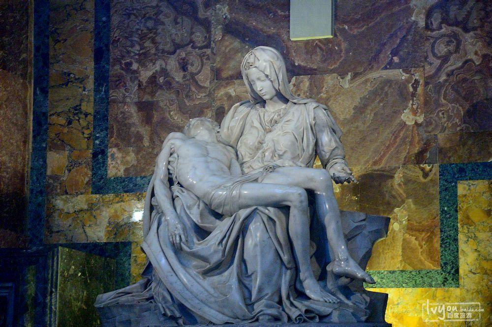 教堂里米开朗基罗的雕塑作品——《圣殇》图片