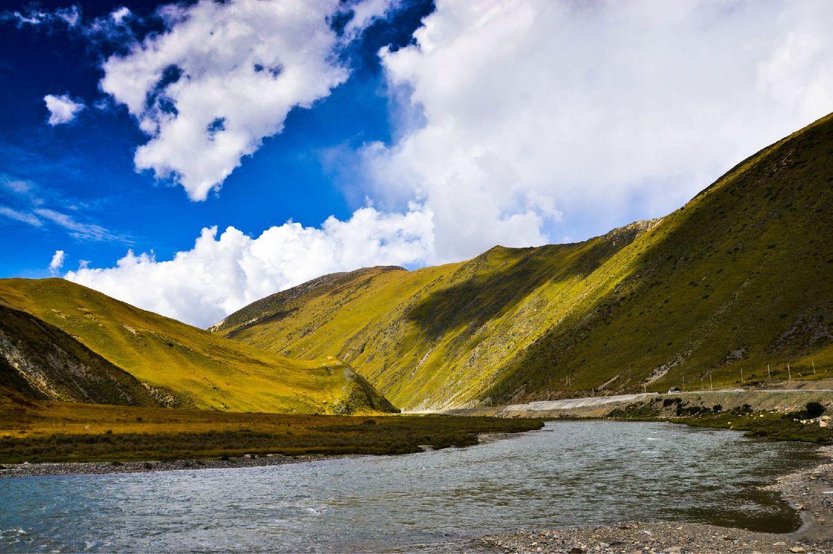 在藏区,这种风景极为常见.图片