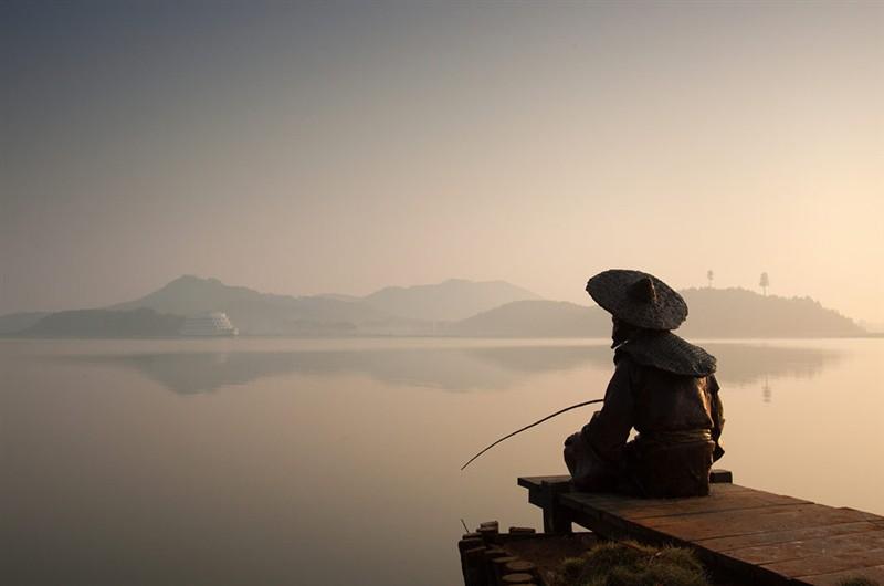 渔翁垂钓图片