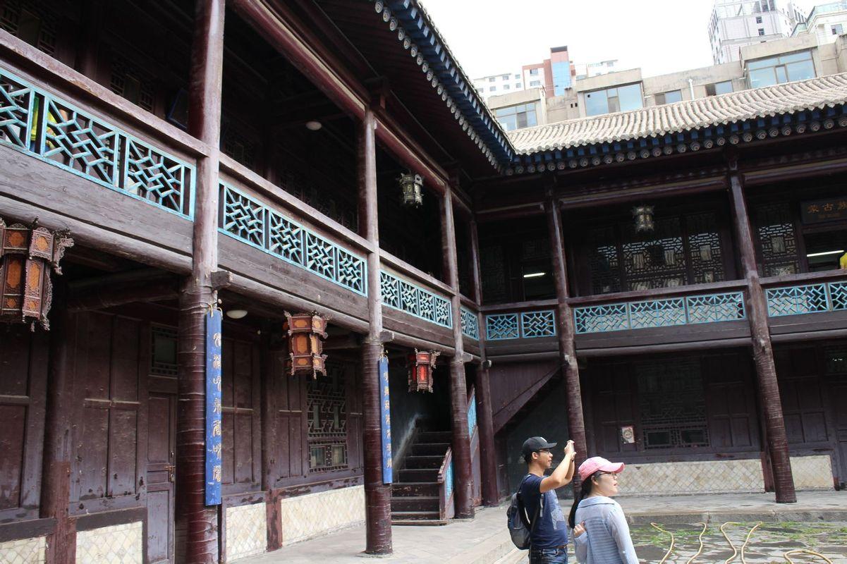 南可通花园,北与伙房,侍从院相连,是古典回廊木结构的中式二层楼