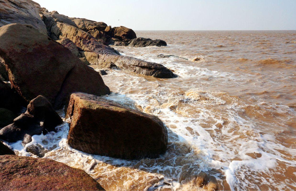 激浪拍巨石,海边的石头很滑图片
