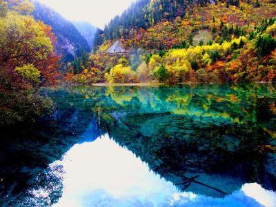 九寨沟自然保护区地势南高北低,山谷深切,高差悬殊,区北缘九寨沟口