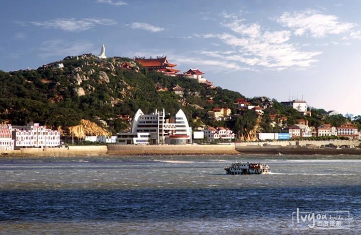 湄洲岛码头,天气好的时候,海水特别的蓝,在码头的轮船上,就可以看到