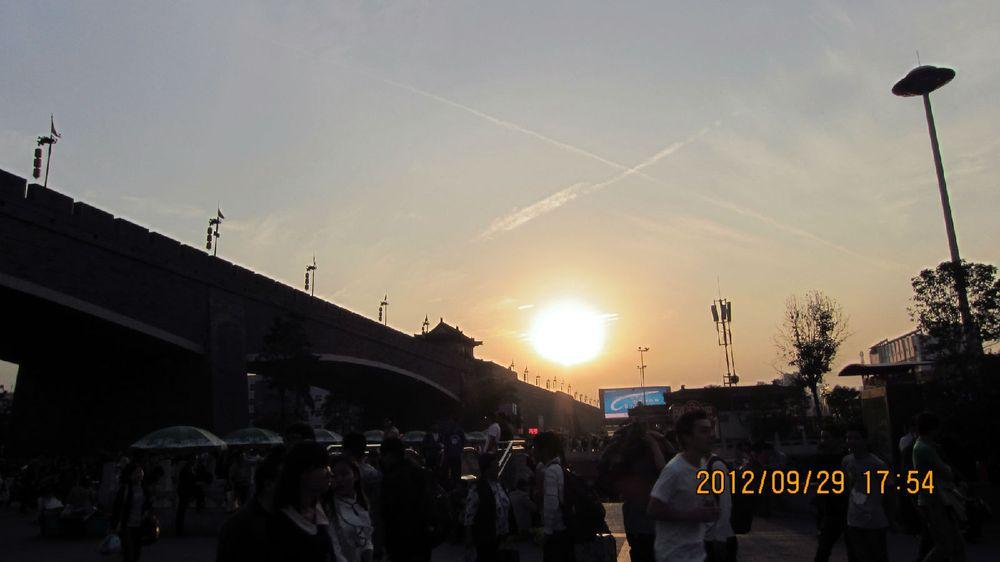 黄昏,西安火车站前.图片