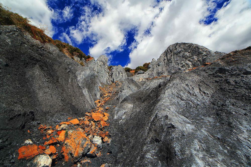 这些胶结疏散的糜棱岩,遭受流水的冲刷,风雪的铲刮,重力崩塌等风化