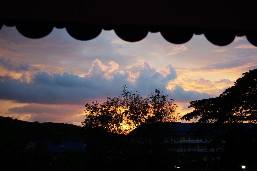 酒店窗外的晚霞图片