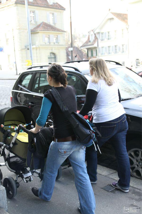 推婴儿车的妈妈图片