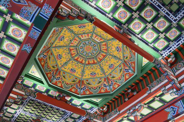 经建筑大师梁思成修改,整个大殿雄伟壮观,是近代建筑史上的杰作,其