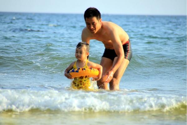 哈仙岛金沙滩游泳图片