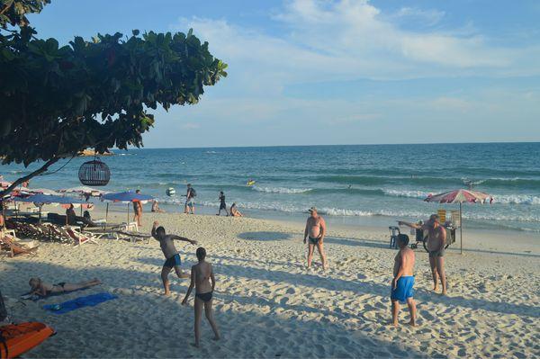 好多外国人的沙滩图片