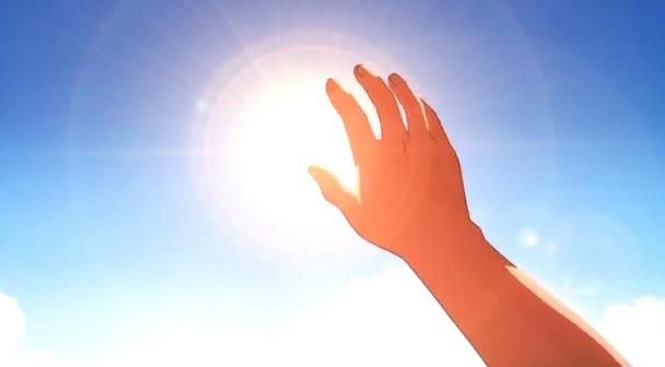 求动漫中的图片,就是那种将手伸向太阳,想要抓住的感觉.越多越好.