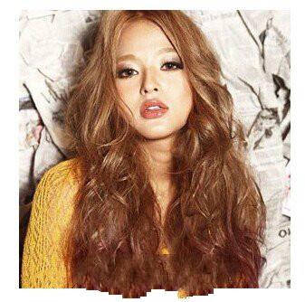 这是一款看起来是特别洋气的女生的长发披发发型,中分式的烫发大卷发图片