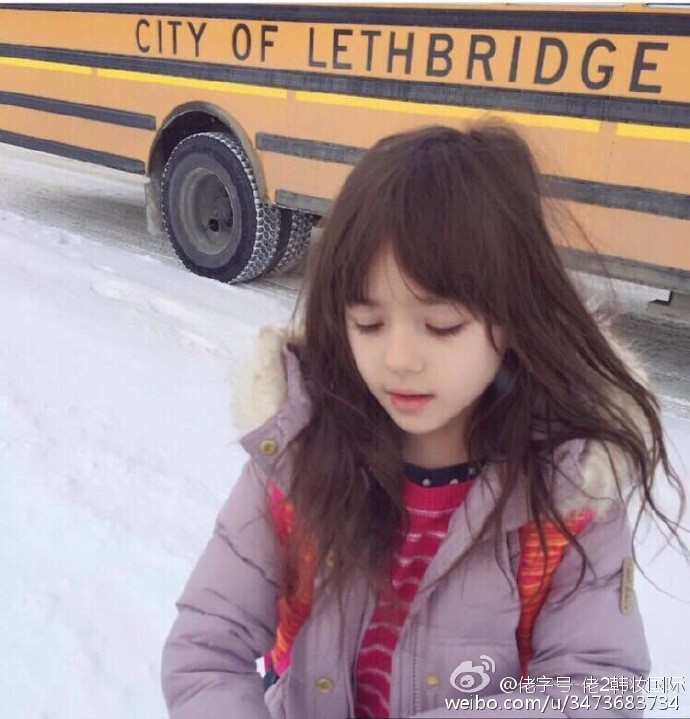 丫头的头像 还是类似的小女孩的头像 百度有识图频段,可以利用来搜索