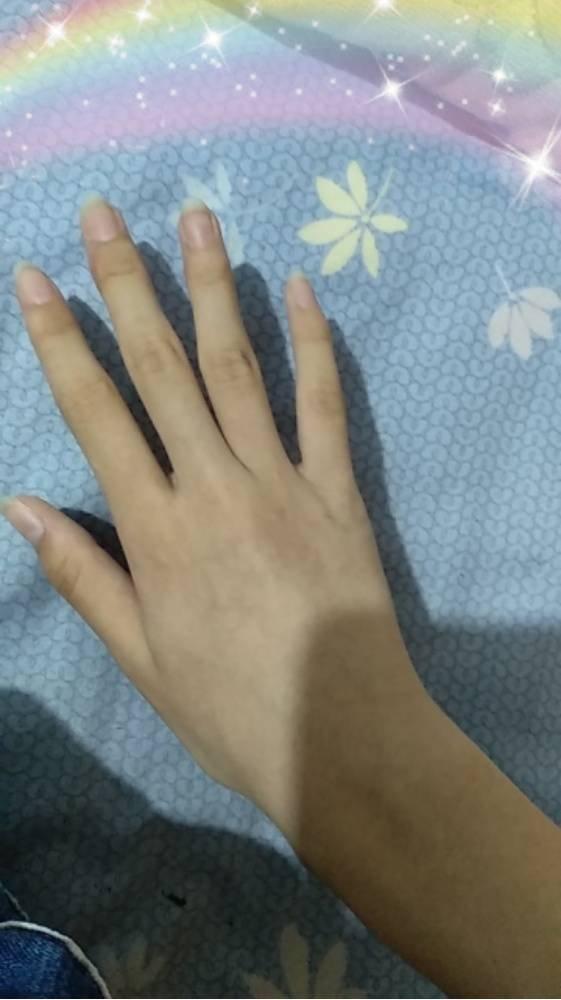 有谁跟我一样手指甲盖是长的还有点方图片
