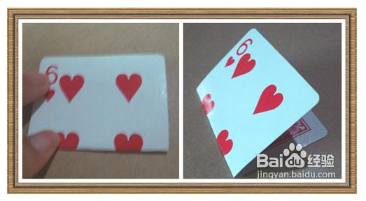 1,首先,将扑克牌对折,如果做的花瓶花纹需要白色则把扑克的正面部分