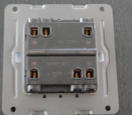 这个墙壁康仕松日牌二开双控开关怎么接线(控制两个灯图片