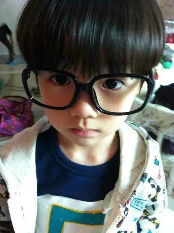 求这个戴眼镜小男孩的情侣头像?
