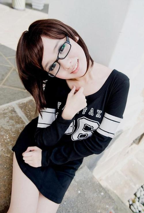 戴眼镜唯美可爱女生qq皮肤,大眼镜框,带字.好的加分.