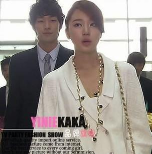 拜托小姐里第一集飞机场尹恩惠穿的白色衣服是什么牌子的?