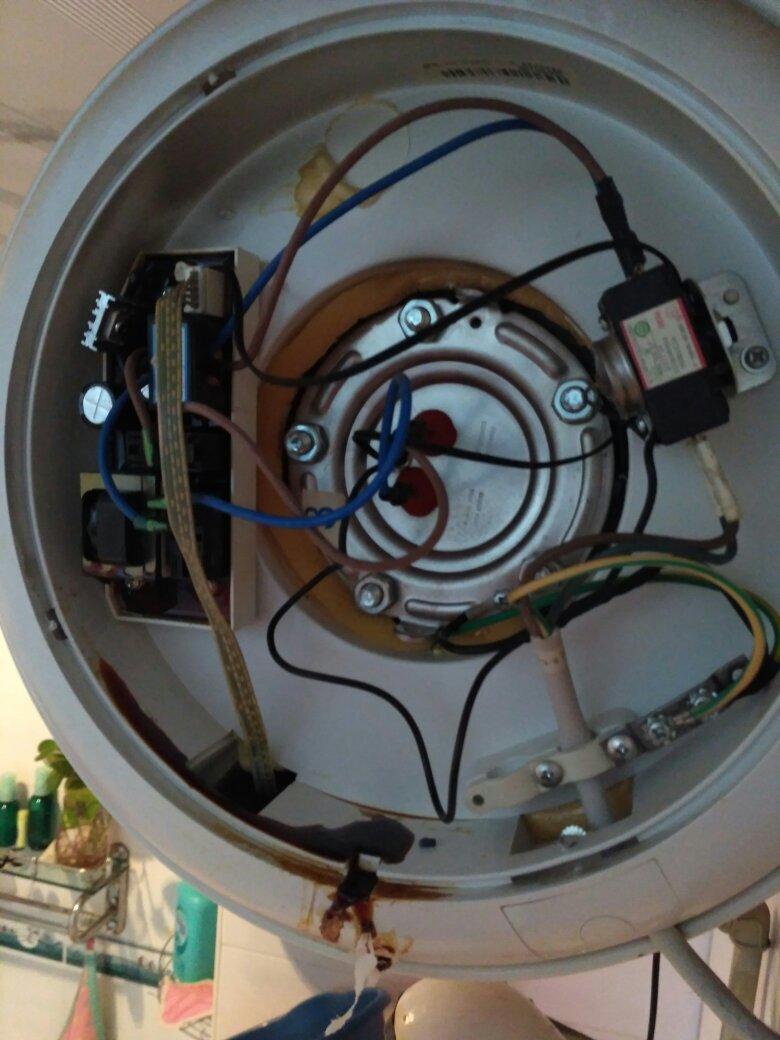 海尔电热水器,漏电路板上的东西是什么原因?