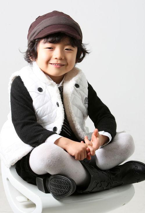 这个韩国小孩子太可爱了,谁知道是什么背景啊?
