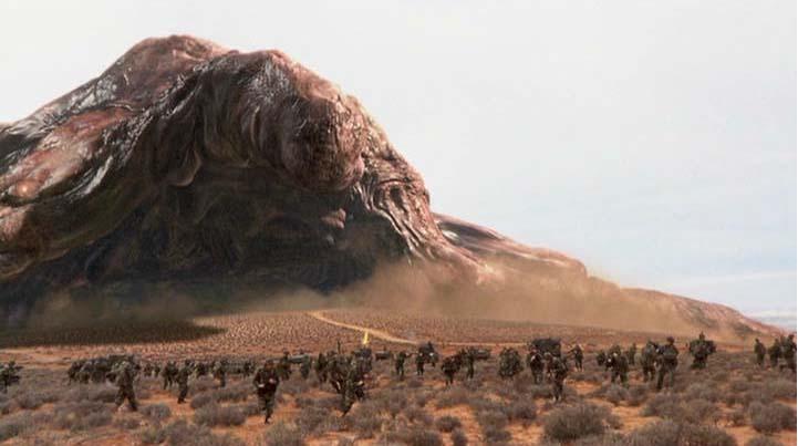 裘德洛�y�NxZ_有个科幻片外星人最后的boss遇到火会变大,最后主角在