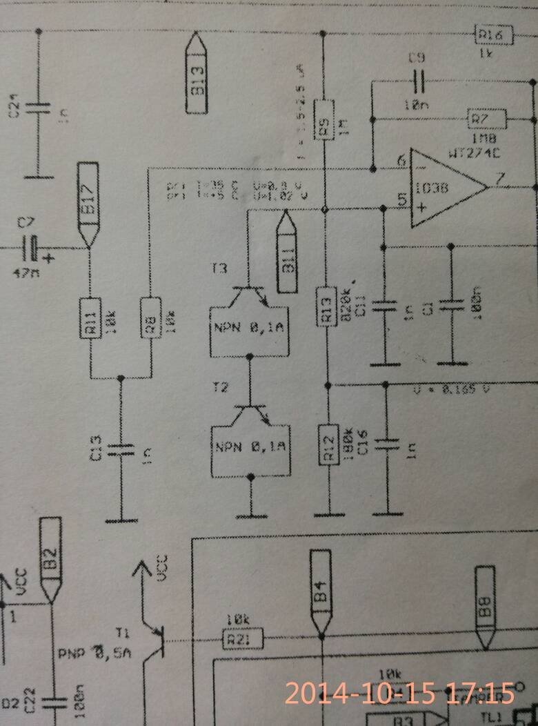 利用两个三极管的pn结正偏置构成一个电压基准,按0.
