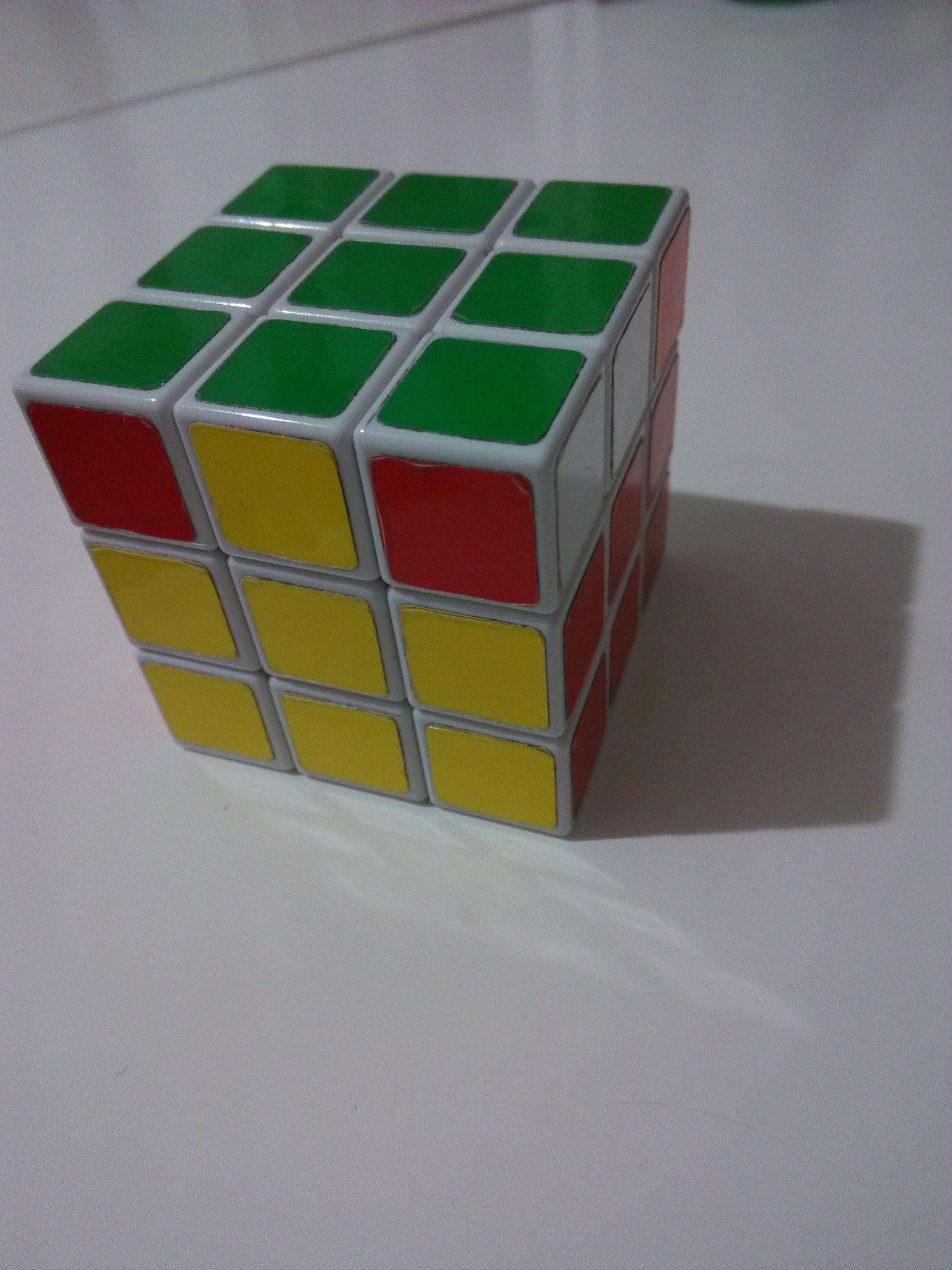 魔方上下两面已经拼好,只有一面的上层是这样的(如图)