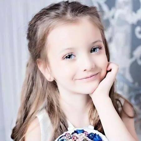 谁能告诉我 这个小女孩叫什么名字?真的好漂亮