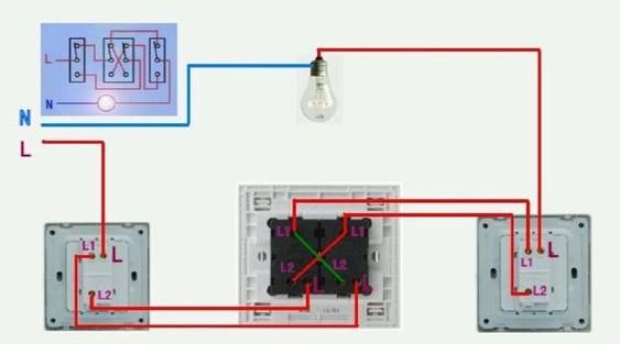 您需有 一开双控开关2个,一开多控开关1个!接线图如下