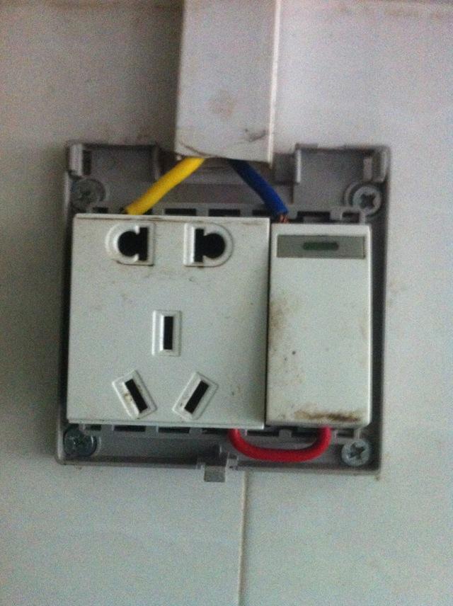 家用插座开关关了,电饭煲插头插着保温的指示灯还会亮