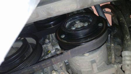 福特嘉年华发动机皮带是怎样安装的