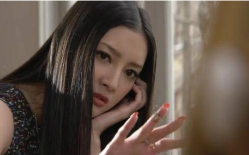 训练成杀手的女人(金玉彬饰)在重新回到韩国后展开复仇的故事.