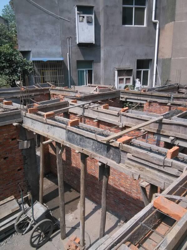 砖混结构,左边这根构造柱是否承重? 中间悬空的是一根