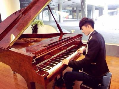 易烊千玺会弹钢琴吗图片