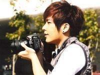 男生拿着照相机,但是脸露出来的头像图片