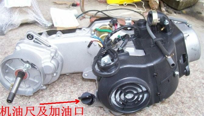 踏板摩托车金浪125cc发动机的放油孔和进油孔的位置分别在哪里?