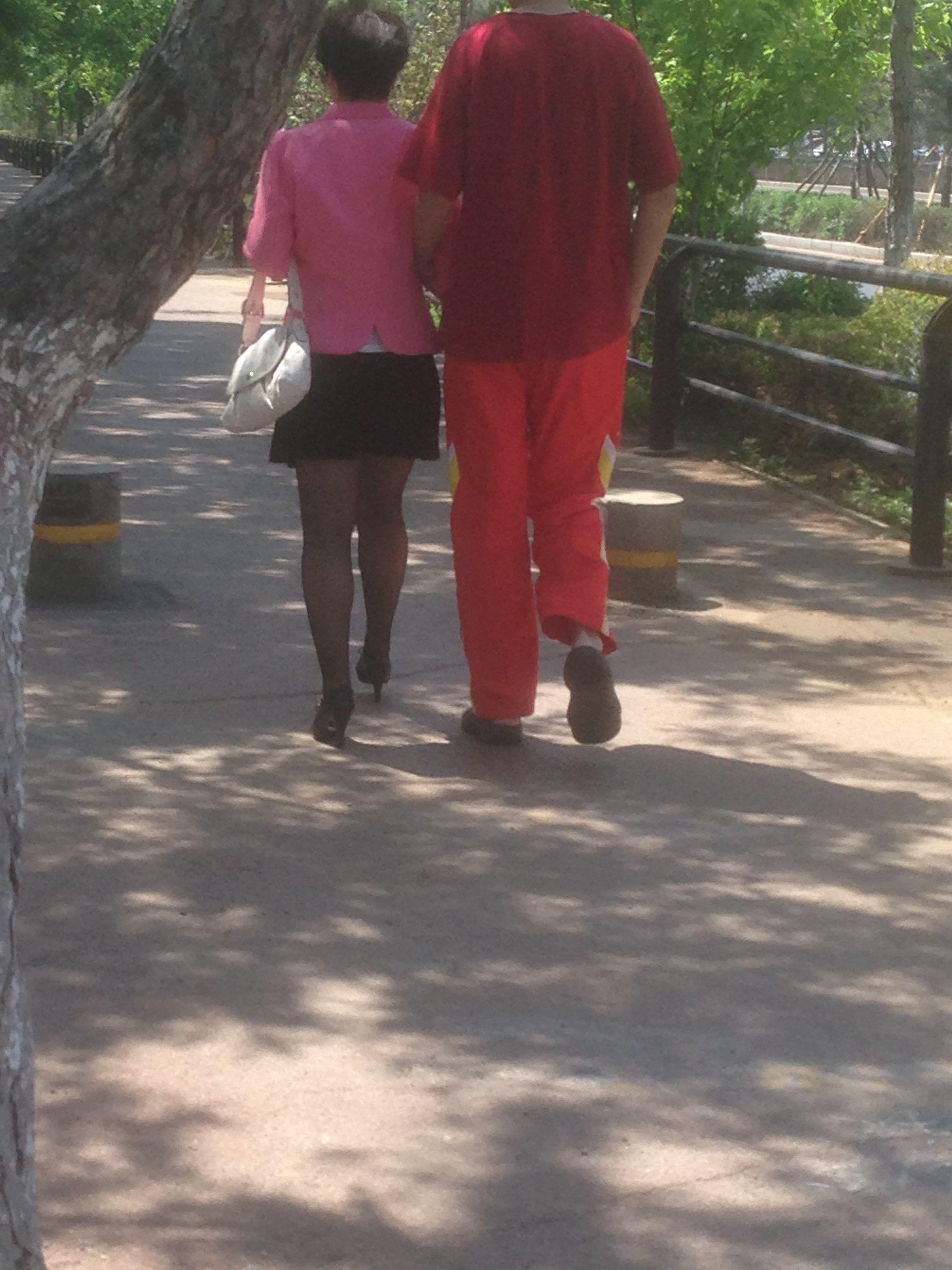 小男人和老女人乱伦_小男人挽着老女人一起走能是什么关系
