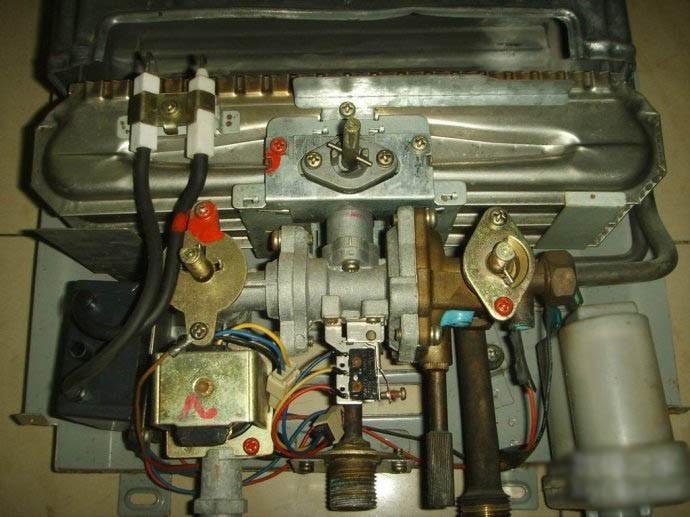 将热水器外壳打开,露出内部配件,如下图所示: 将图中的水气联动阀图片