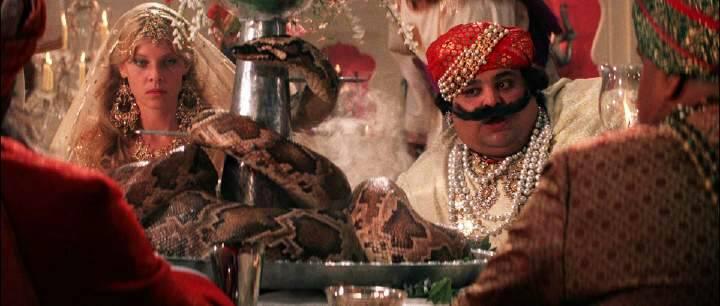第一道菜吃蟒蛇的电影,是一部外国片,剖开蟒蛇的体内还有一些小蛇流