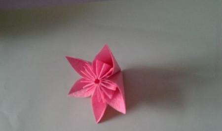 重复步骤1-5,共做十二朵小花,然后花瓣对花瓣粘好,一个漂亮的花球完成