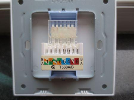 网线暗盒插座接线非常简单,插座样式如下图:正面背面