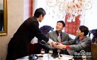 和客户吃饭时怎么聊天