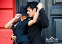 在跳交际舞时如何控制好身体平衡