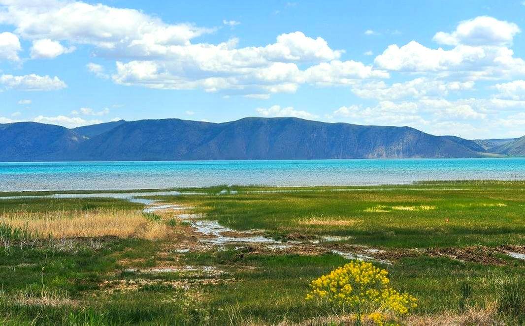 大熊湖的景观像一幅风景画,美丽极了图片