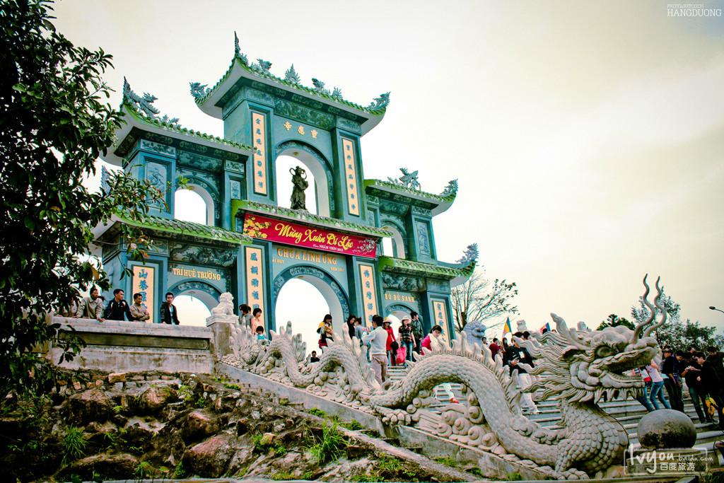 灵应寺的地理位置更加独特,在岘港的山茶半岛山,不管从寺庙哪个角度