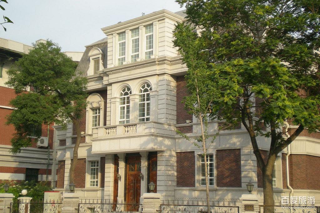 """房屋为砖木结构的三层欧式楼房,因外观为红砖墙,故又称""""红楼""""."""
