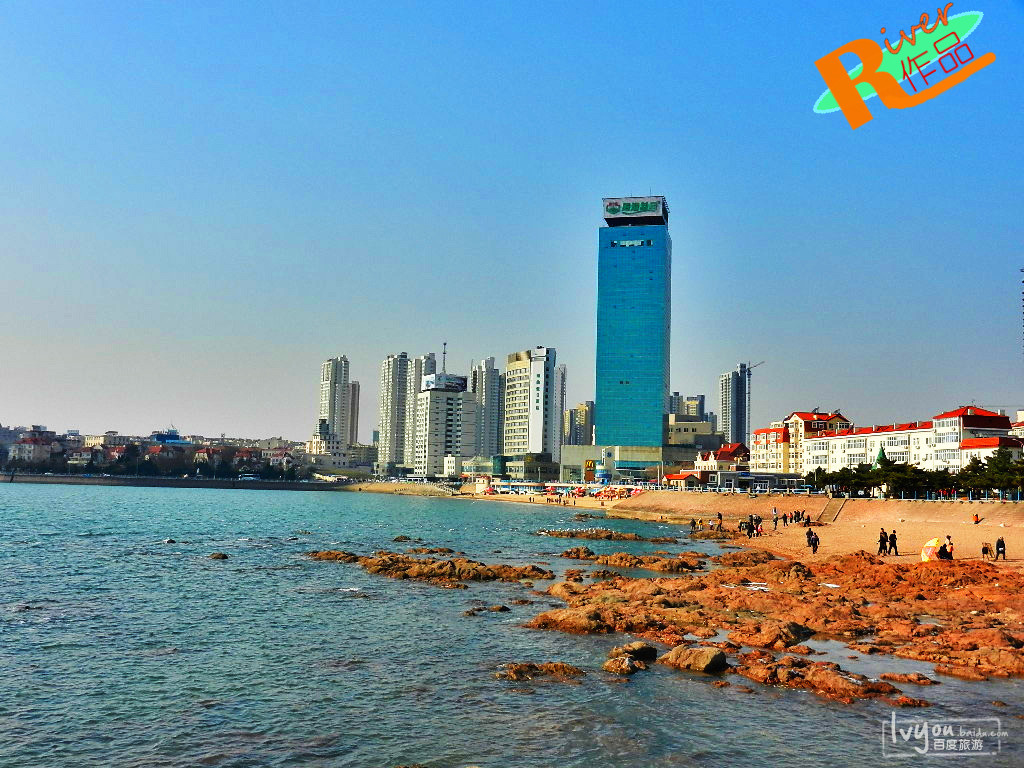 冬季里这里有很多海鸥飞舞,海水湛蓝,不远处就是青岛最繁华的市中心