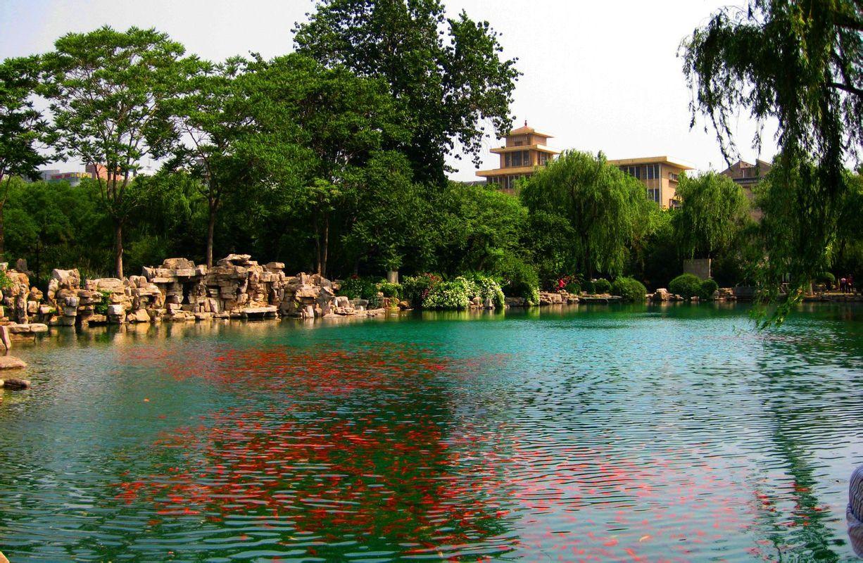 济南三大名胜之一,是繁华都市中一处难得的天然湖泊,也是泉城重要风景