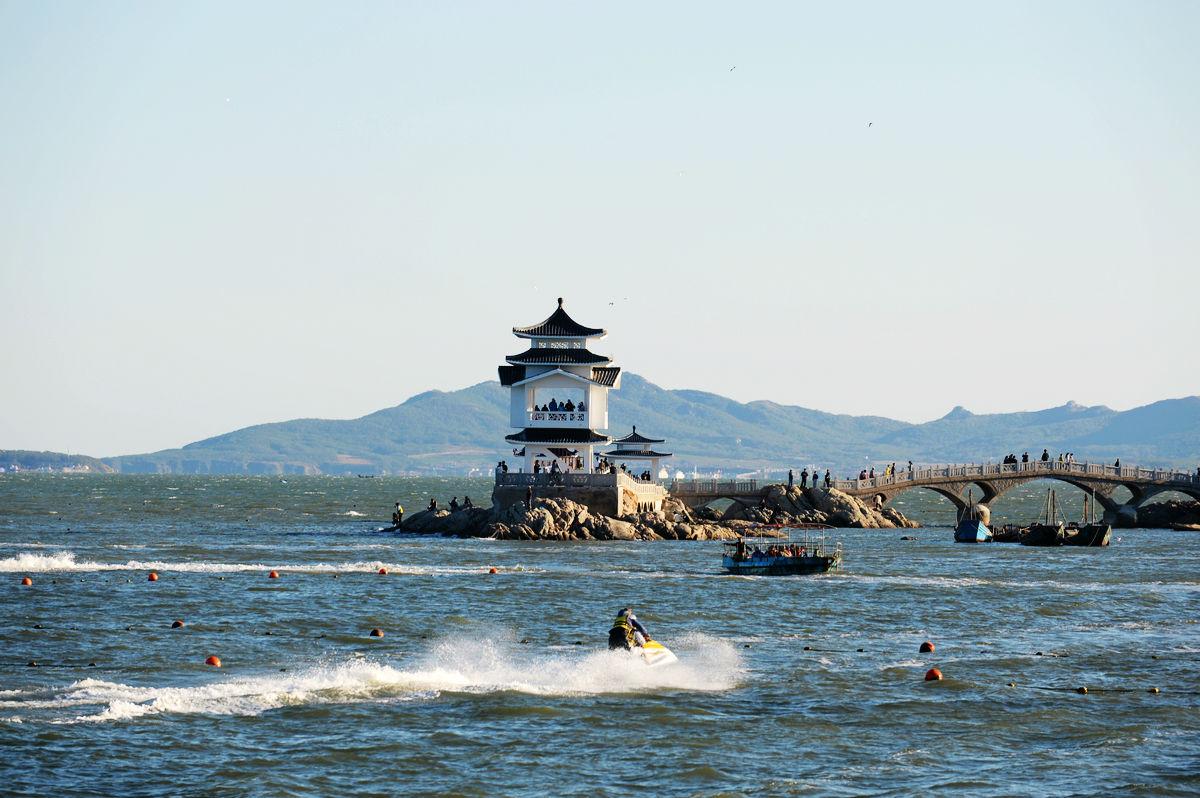 葫芦岛临的是渤海,虽然不如三亚一带的海水碧蓝清澈,但其实也是不错的
